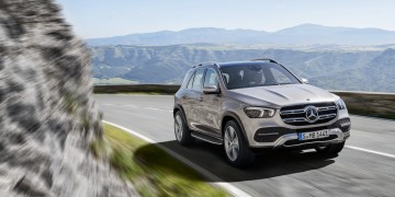Mercedes-Benz GLE, Exterieur: mojavesilber, Interieur: Leder Rough espressobraun/magmagrau, Zierelemente Holz Walnuss braun offenporig.;Kraftstoffverbrauch kombiniert: 9,6 – 8,3 l/100 km; CO2-Emissionen kombiniert: 220 - 190 g/km (vorläufige Daten)*  Mercedes-Benz GLE, exterior: mojave silver, interior: rough leather espresso brown/magma grey, brown open-pore walnut wood trim.;Fuel consumption combined: 9.6 – 8.3 l/100 km; Combined CO2 emissions: 220 - 190 g/km (provisional data)*